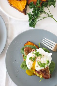 sweet potato toast with avocado, spinach, prosciutto and poached egg - this paleo recipe is healthy and AMAZING! paleo breakfast, my style