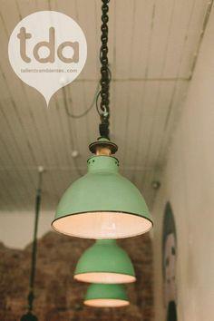 Imágenes de las lámparas de estilo industrial en el restaurante Tomboy