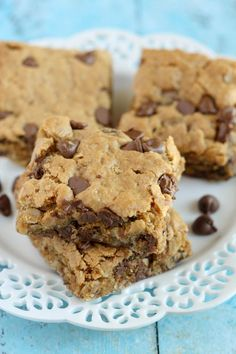 Healthy Peanut Butter Chocolate Chip Oatmeal Bars These bars are loaded with peanut butter, oats, and other good for you ingredients. Perfect for a quick and healthy snack! Healthy Baking, Healthy Desserts, Delicious Desserts, Yummy Food, Chocolate Chip Oatmeal, Chocolate Peanut Butter, Chocolate Chips, Köstliche Desserts, Dessert Recipes