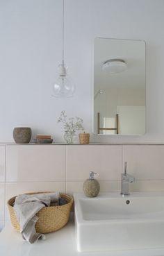 .... und zwar ein Aufbewahrungskorb und ein schlichterer Spiegel. Jetzt warten wir noch auf einen kleinen Schrank und dann ist endlich genug Stauraum da :grinning:. Euch allen noch einen schönen Ostermontag!