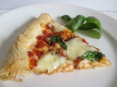 Az egyik legegyszerűbb és legfinomabb pizza paradicsomos alap, mozzarella sajt, parmezán, bazsalikom - kell ennél több? Mozzarella, Vegetable Pizza, Vegetables, Food, Hoods, Vegetable Recipes, Meals, Veggies