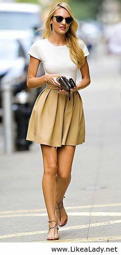 Camiseta blanca y falda de color Una plisada canela