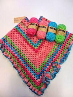 Blij dat ik brei: Kinderponcho met ruche Crochet Girls, Love Crochet, Crochet For Kids, Beautiful Crochet, Diy Crochet, Crochet Baby, Crochet Poncho Patterns, Crochet Scarves, Crochet Shawl
