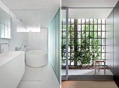 Jardim de inverno ampliado com piso limestone e banheiro clean com pastilhas e banheira branca