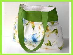 Tasche in Vanille mit Blütenranken in Gelb/Orange und Blau. Die Blende und Henkel sind aus Canvas in Grün gearbeitet. Das Innenfutter ist aus Baumwoll
