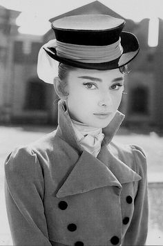 Audrey Hepburn was one of the most incredible, beautiful, talented actresses to ever be in Hollywood. Audrey Hepburn Outfit, Audrey Hepburn Mode, Audrey Hepburn Eyebrows, Golden Age Of Hollywood, Classic Hollywood, Old Hollywood, Divas, My Fair Lady, Moda Vintage