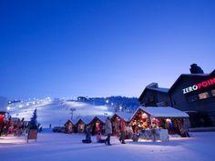 La Finlande est une terre de contrastes et la Laponie en est l'exemple le plus parfait. La saison de ski bat son plein en décembre tandis que la région entre dans la nuit polaire, d'une durée de deux mois entiers. Même si la faible luminosité n'entraîne aucune fermeture de piste, elle amène les vacanciers à skier sous une lumière artificielle comme ici sur la piste principale de Levi.