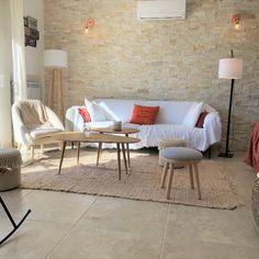 Le salon avec sa magnifique vue montagne Porto Vecchio, Beautiful Villas, Outdoor Furniture Sets, Outdoor Decor, Corsica, Home Decor, Mountain, Living Room, Decoration Home