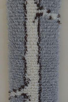 Wie gemalt wirkt die Struktur des 20 cm schmalen handgefertigten Ryijy Wandteppiches. Als Motiv diente der finnischen Künstlerin Taina Otsamo ein alter Kieferstamm im Winter. Pure Wolle und Leinen sorgen für die Leuchtkraft der Farben. Bei uns im Shop als Näh-Set #DIY oder fertig genäht erhältlich.