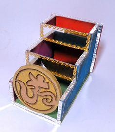 Porta Controles Remotos OM . <br>57-090NP <br>Linda caixa decorada Colorida ,com acabamento espelhados nas bordas . <br>Ideal para decorar sua casa,guardar suas jóias ,serve também como porta trecos,ou o que mais sua imaginação permitir. <br>Produto feito a mão poderá ocorrer pequena variações de cores e tamanhos.