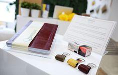 Portachiavi in pelle personalizzabili & Block Notes Solus in pellame bordeaux pieno fiore e carta vergata celeste Conqueror®