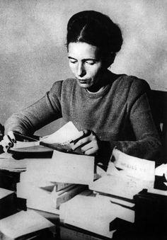 Anni '40. La scrittrice francese Simone de Beauvoir legge un libro.