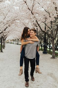 Adorable Sophisticated Spring Engagement Outfits Ideas That Will Make You Shine Couple Photoshoot Poses, Couple Picture Poses, Couple Photography Poses, Photo Couple, Cute Couple Pictures, Pre Wedding Photoshoot, Wedding Photography, Engagement Photography, Photography Lighting
