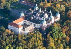 Vyhlídkový let ORLICKÁ PŘEHRADA Prague, Famous Places, Mists, Let It Be, Mansions, House Styles, Landscape, Manor Houses, Villas