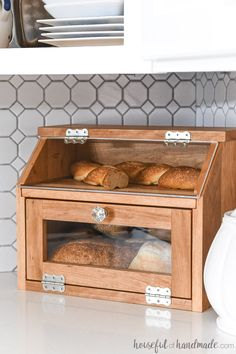 Build a beautiful DIY bread box with the Kreg Jig. This large bread box has plenty of room for multiple loaves of bread and a pull-out cutting board shelf. Woodworking Articles, Easy Woodworking Projects, Diy Pallet Projects, Woodworking Furniture, Woodworking Garage, Woodworking Books, Woodworking Classes, Woodworking Jointer, Router Wood