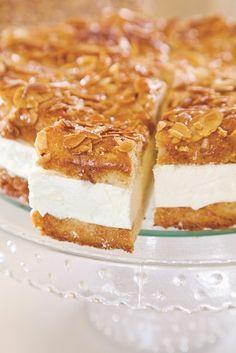 ראש השנה מתקרב... עקיצת הדבורה, אחד הקינוחים האהובים עליי אצל מיקי שמו, ומסתבר שגם על קרינוש.  #נוסה חילקתי לשלוש תבניות אינגליש קייק, יצאה מדהים!!! Dessert Cake Recipes, Cookie Desserts, Just Desserts, Passover Recipes, Jewish Recipes, Quiches, Desert Recipes, No Bake Cake, Food Dishes