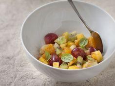 Salade de fruits hivernale : Recette de Salade de fruits hivernale - Marmiton Fruit Salad, Oatmeal, Curry, Food And Drink, Breakfast, Desserts, Orange, French, Recipes