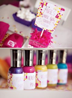 En una fiesta spa, deja varios colores de pintauñas entre qué elegir / For a spa party, let the guests choose from several shades of nail polish