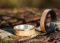 Deze houten ringen zijn gemaakt door BAECK Sieraden.