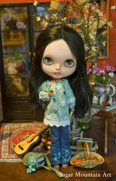 Spring Meadows. Seventies Tunic, Sugar Mountain Jeans, Crocheted Boho Bag And Leather Choker For Blythe Doll