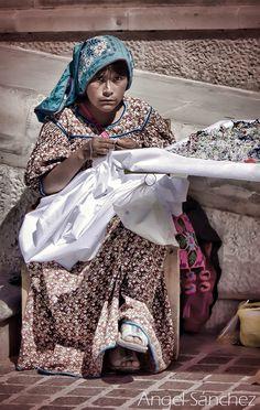 Huichola (Huichol People are Native Americans in Western Central Mexico) trabajando en las afueras del templo del Santo Niño de Atocha en Plateros, #Zacatecas #Mexico #artesana
