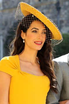 From her bold brows to her berry hued lips, here's how you can get Amal Clooney's gorgeous royal wedding beauty look Amal Clooney Wedding, Wedding Hats For Guests, Royal Wedding Guests Outfits, Winter Typ, Outfit Trends, Muslim Girls, Royal Weddings, Outfits With Hats, Mode Style