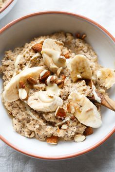 Banana Cinnamon Porridge with maple syrup- Bananen-Zimt-Porridge mit Ahornsirup Banana and cinnamon porridge with maple syrup, almonds, poppy seeds and pungent oatmeal. This recipe is simple, naturally sweet and AMAZINGly good! Sweet Recipes, Healthy Recipes, Snacks Recipes, Healthy Dinners, Healthy Food, Porridge Recipes, Snacks Saludables, 15 Minute Meals, Superfood