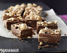 Pähkinä-suklaafudge // Fudge with chocolate and nuts www. Vegan Desserts, Delicious Desserts, Yummy Food, Sweet Recipes, Cake Recipes, Dessert Recipes, Sweet Bakery, Sweets Cake, Homemade Candies