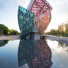 """仏ルイヴィトンのアート施設13色の""""ガラスの帆""""が建物彩る"""