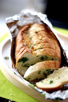 Pullahiiren leivontanurkka: Yrtti-valkosipulileipä