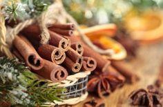 アメリカはこれからホリデーシーズン。この時期あちこちのお店で香るのがホリデーシーズン特有の「スパイシーで甘い香り。」毎年、街でこの香りがするとホリデーシーズンが来たと感じます。そんな香りを再現したクリスマスのルームフレグランス。デフューザーもしくはフレグランススプレーにして楽しんでください。#エッセンシャルオイル#アロマレシピ#アロマテラピー#ハーブ#ガーデニング