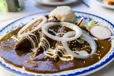 En 2010 la comida mexicana fue declarada Patrimonio Cultural Inmaterial de la Humanidad por la UNESCO. Y cómo no, si es una delicia llena de tradición.Éstas son siete recetas regionales que en definitiva no te puedes perder si viajas por el país, lo mejor es que las puedes preparar en casa. Desde las corundas de Michoacán hasta el mole negro de Oaxaca.