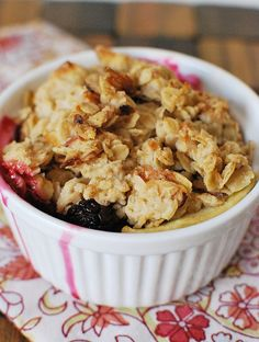 Blackberry and Apple Crumble - delicious summer dessert! Juicy blackberries and apples with a crunchy topping of oats, coconut, and almonds! Summer Desserts, Sweet Desserts, Just Desserts, Delicious Desserts, Blackberry And Apple Crumble, Breakfast Recipes, Dessert Recipes, Yummy Recipes, Biscuits