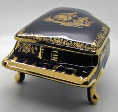 Limoges France Cobalt Blue Grand Piano Shape Trinket Box Courting Couple Fragonard Gilt Lovely Mothers Day Gift or any other occasions . Preowned, no chips, crack or other noticeable damage.  Approx measurements : Height 2 1/4  Width 3  Length 5  See our other listings for more vintage Tupperware and feel free to inquire.