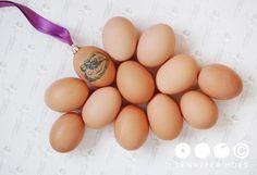 YULE OSTARA  Op een wit-grijze achtergrond met een bijna onzichtbaar herhalend patroon van een zelfportret als Christusfiguur, liggen elf (gewone) eieren en een twaalfde ei, gedecoreerd met een 'tatoeage' van een voorstelling van de geboorte van Christus. Bovenop het ei is een kerstbalkroontje geplaatst met hieraan een pauselijk paars lint. De titel is een samenstelling van benamingen van heidense seizoensfeesten waaraan de data voor Kerst en Pasen zijn ontleend, syncretismen.