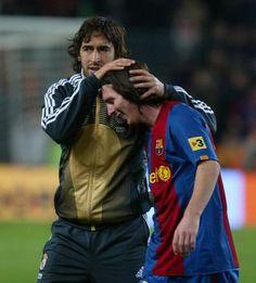 Barça-Real Madrid. Partido 26ª jornada liga. Raúl felicita a Messi por su hat-trick al final del partido.