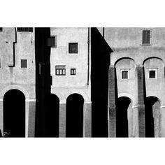 Progetto fotografico di Flavio Di Renzo. L'uomo e la città. Un gioco visionario in cui la realtà della città è sostituita dal pensiero da cui scaturisce una nuova poetica romantica. #italia #architettura #fotografia #bianconero #casa #finestre #fineart #decorare #stampa
