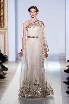 白基調の金色が入ったイブニングドレス