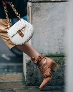Discover a wide range of exclusive Spring Summer 2018 for women at Chloe. Shop now. Chloe Handbags, Popular Handbags, Vintage Handbags, Fashion Handbags, Purses And Handbags, Fashion Bags, Leather Handbags, Leather Crossbody, Crossbody Bag