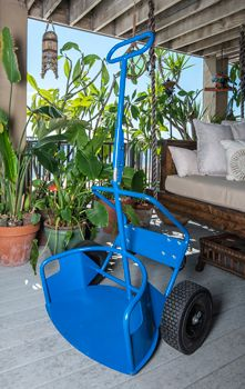 Industrial Potwheelz plant dolly - a plant dolly that would accommodate plant pots of various sizes. Small Outdoor Kitchens, Lawn Equipment, Farm Tools, Garage Tools, Iron Furniture, Cool Gadgets To Buy, Office Plants, Industrial Shelving, Homemade Tools