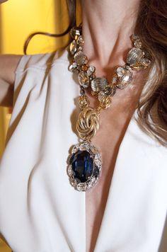 Marina Jamieson, modelo, escogió para la fiesta un vestido de Doble A de Amaya Arzuaga. Completó el look con sandalias y clucth de Jimmy Choo y las joyas de Anton Heunis.