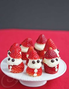 Strawberry Whipped Cream Santas - super cute and easy dessert that kids and adults will love Christmas Desserts Easy, Christmas Sweets, Christmas Goodies, Holiday Treats, Holiday Recipes, Fingers Food, Strawberry Santas, Strawberry Whipped Cream, Vegetarian Chocolate