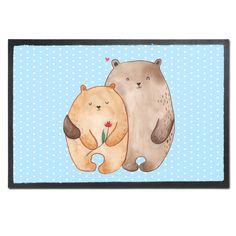 Fußmatte Bären Liebe aus Velour Schwarz - Das Original von Mr. & Mrs. Panda. Die wunderschönen Fussmatten von Mr. & Mrs. Panda sind etwas ganz besonderes. Alle Motive werden von uns entworfen und jede Fussmatte wird von uns in unserer Manufaktur selbst bedruckt und liebevoll an euch verschickt. Die Grösse der Fussmatte beträgt 60cm x 40cm. Über unser Motiv Bären Liebe Das Gefühl verliebt zu sein und seinen Verbündeten gefunden zu haben ist unbezahlbar. Die verliebten Bären überbringen für…