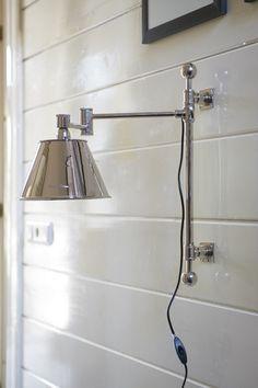 En elegant og meget moderne justerbar vegglampe i aluminium fra Riviera Maison. Legg merke til den lekre skjermen som medfølger i prisen! I samme serie finnes en mengde forskjellige lamper som kan tas