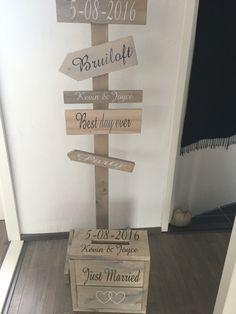 Bruiloft wegwijzer met enveloppe kist