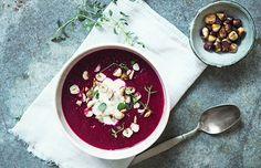 Jordskokke-rødbedesuppe med ristede hasselnødder & citron-yoghurt