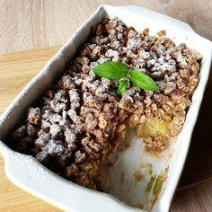 Na #śniadanko #crumble - z jabłkami i konfiturą rabarbarową, z owsiano-orzechową kruszonką z nutą cynamonu.  Przepis (na 2 porcje): *60 g tłuszczu (u mnie masło klarowane i olej kokosowy) - rozpuścić *75 g mąki (u mnie pszenna pełnoziarnista) *1/2 łyżeczki cynamonu *30g ksylitolu *50 g płatków owsianych *30 g niezbyt mocno rozdrobnionych ulubionych orzechów - wszystko wymieszać i schłodzić w lodówce. Owoce (ok. 500 g) umyć, pokroić i wymieszać z 2 łyżkami mąki ziemniaczanej i słodzidłem…
