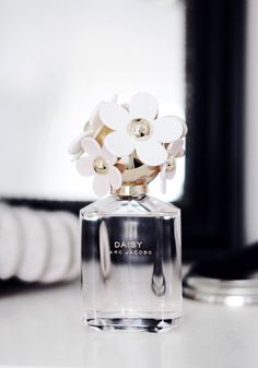 Omg this perfume is so delicate and it have flowers on the top. I like so much Daisy Perfumes. They smell like heaven.  Srsly why all the Daisy Perfumes smell so good and they look so awesome.