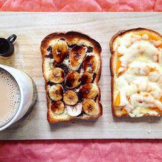 朝食を食べ損ねてしまったので、パンを昼食へまわしました。 バターナッツかぼちゃのチーズトースト バナナチョコトースト カフェオレ #ランチ #おうちカフェ #トースト #チーズトースト #BALMUDA #カッティングボード
