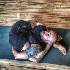 #yogachallange with hosts @yogiyannii @yogawithmii and sponsors @yogiiza @splurgejuicecafe doing #Yoganidrasana